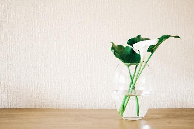Stolík s vázou o zelenými kvetinami.jpg